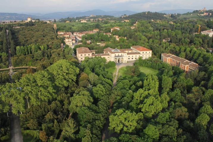 A la derecha el Istituto statale d'arte firenze y a la izquierda los Jardines Boboli