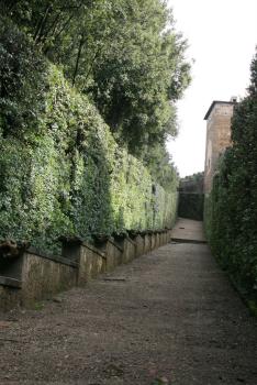 Muralla que separa a la Escuela Estatal de Arte de los Jardines Boboli